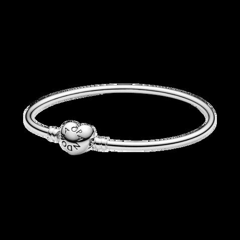 Brazalete de plata con cierre de corazón con logo PANDORA